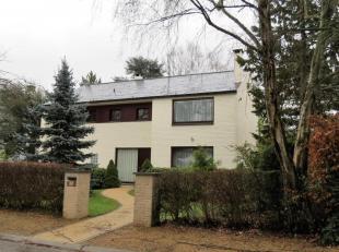 IMMOALPHABITAT vend cette spacieuse villa 4 façades de ± 300 m² habitables, situé à 5 min en voiture de la stat