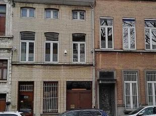 IMMO ALPHABITAT verkoopt een herenhuis (257 m²) met atelier / magazijn (251 m²) in de Van Volxemlaan in Vorst. Dit herenhuis biedt veel pote