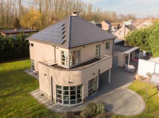 Immo Alphabitat verkoopt deze unieke multifunctionele eigendom grenzend aan de gemeente Zemst, gelegen te Zennebeemden 35, 2800 Mechelen. Deze riante