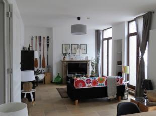 IMMO ALPHABITAT vend ce superbe duplexpenthouse 5 chambres de 180 m², idéalement situé à la Place Sainte-Catherine. Il se tr