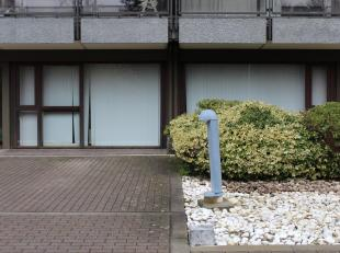 Immo Alphabitat loue cet espace de bureaux au Rez-De-Chaussée dun immeuble de 13 étages avec ascenseur. Immeubleà proximit&eacute