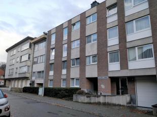 Gezellig appartement op het eerste verdiep in een gebouw met lift. Het omvat een mooie grote living (32 m²) met balkon, ruime ingerichte keuken (