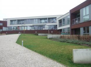 Mooi appartement op het gelijkvloers. Samenstelling: inkomhal, woonkamer met ruim terras en zicht op de gemeenschappelijke binnentuin, open ingerichte