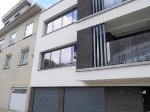 Ruim appartement, afgewerkt met luxueuze materialen. Indeling van het appartement: inkomhal met ingemaakte vestiaire, ruime woonkamer van 32 m² m