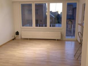 Appartement met 2 slaapkamer op de eerste verdieping. Gebouw met lift. Indeling: inkomhal met vestiaire, woonkamer met aansluitend terras, ingerichte
