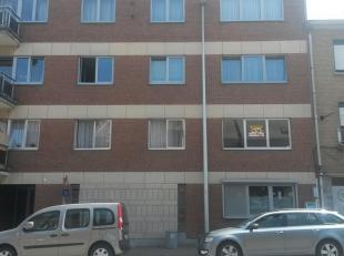 OPTIE    -   Goed onderhouden appartement van 73m² op de bovenste verdieping in gebouw met lift. Indeling: inkomhal met ingebouwde vestiaire, apa