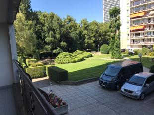 Vlakbij Parc des Etangs. Mooi appartement gelegen op de 1ste verdieping met een bewoonbare oppervlakte van 70m². indeling: hall met vestiaire, li