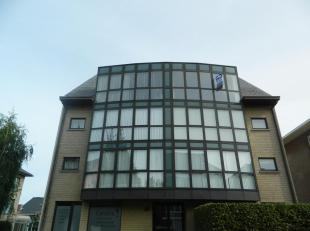 Appartement gelegen op de derde verdieping in een rustige, doodlopende straat. Indeling: inkomhal, leefruimte van 35 m², open keuken met alle toe
