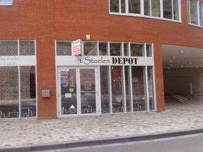 Dit pand bevindt zich op een hoek naast de hoofdinvalsweg (Engelplein) richting het centrum van Leuven. De grote vitrine zorgt voor veel visibiliteit