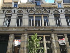 Het gebouw, vroeger een postkantoor, heeft een authentieke en prestigieuze uitstraling. Het bestaat uit een commercieel gelijkvloers (450m²) met