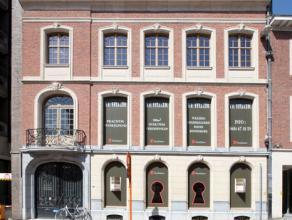 Dit statige gebouw werd tot voor kort gebruikt door de FOD Justitie. Het gebouw zal volledig op maat van de huurder gerenoveerd worden.