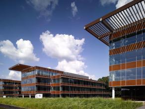 Het Namur Office Park is gelegen op een rustige, groene locatie. Het terrein van de gebouwen staat loodrecht ingepland op de Maas. Het is ongeveer 2km