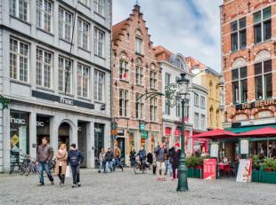 Dit prachtig appartement op de Markt van Brugge is volledig gerenoveerd en afgewerkt met duurzame en kwaliteitsvolle materialen. Het appartement heeft