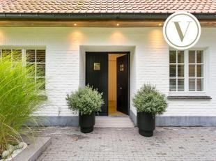 In de residentiële buurt van Sint-Kruis (Brugge) bevindt zich rustig gelegen langs de Vijversgracht deze exclusieve villa te koop op een zuid geo