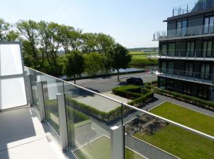 Vanuit dit appartement geniet u van een mooi zicht op de gemeenschappelijke tuin en de Oude Veurne vaart.<br /> Woonkamer met open ingerichte keuken,