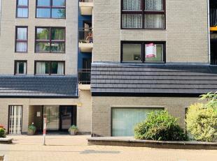Mooi gerenoveerd appartement met garage in het centrum van Genk.<br /> Dit appartement is gelegen vlakbij winkels, openbaar vervoer, scholen en autost