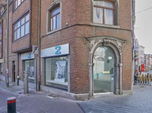 Qspot stelt u een winkel-, horeca- of kantoorruimte (hoekpand) voor in het centrum van HALLE aan het J. POSSOZPLEIN en het begin van de BASILIEKSTRAAT