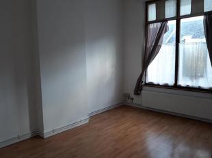 Bel appartement très lumineux, disposant de grands volumes, au premier étage d'un petit immeuble sans ascenseur, situé dans une r