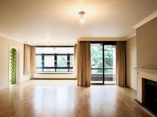 Dit ruim appartement met drie slaapkamers is gelegen aan het stadspark.<br /> Het appartement is gelegen op het 1ste verdiep van een kleine residentie