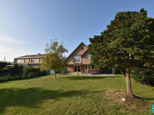 Villa met DRIE SLAAPKAMERS gelegen op een Zuid-Oost georiënteerd terrein te koop in Meise. Deze villa is gelegen op een terrein van 8 are 66 met