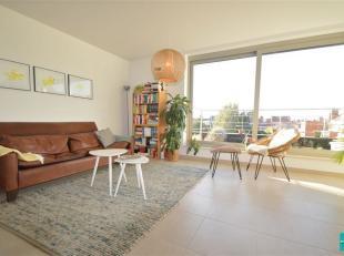 Nieuwbouw duplex te huur in Wemmel. Tweede verdieping: inkomhal met gastentoilet.  Open ingerichte keuken met eetplaats -  Aparte zithoek/salon (zeer