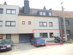 Dit deels gemeubeld gelijkvloers appartement ('09) bevindt zich op wandelafstand van het station van Erembodegem, bushaltes, winkels, scholen en het c