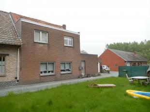 Deze gezellige 3-gevel woning is gelegen in een rustige en kindvriendelijke buurt (doodlopende straat). Men bevindt zich op wandelafstand van het cent