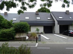 Deze uiterst gezellige woonst (anno 1984) is ideaal gelegen. De woning bevindt zich in een zeer groene omgeving met zeer mooie wandelroutes en bossen