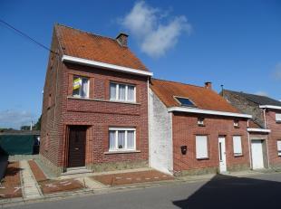 *** Renovatieproject *** 2 goed gelegen woningen volledig te renoveren te Essene. Het betreft een half-open bebouwing met ruime koer en grote garage e