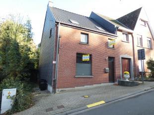 AccentA verkoopt deze gezellige 3-gevelwoning, gelegen op 100m van het openbaar vervoer(N9 Aalst-Brussel). Zij is als volgt opgedeeld: gelijkvloers: i