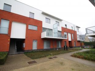 Mooi en stijlvol afgewerkt duplexappartement met terras. Het appartement omvat een inkomhall met vestiaire, een toilet, een ruime leefruimte met open,
