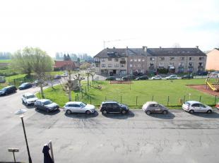 Lichtrijk 3-slaapkamer duplex appartement op de 2e en 3e verdieping in een kleine residentie. Het appartement bestaat uit:een inkomhall met apart toil