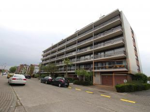 Dit appartement is gelegen op de eerste verdieping in Residentie Apollo en werd volledig gerenoveerd! Het appartement bestaat uit: een inkomhal met ge
