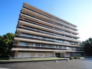 Deze penthouse studio is gelegen in een rustige buurt te Laken,aan de voorkantvan het gebouwop dezevende verdieping. Het appartement bestaat uiteen in