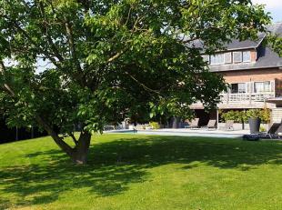 Luxueus residentieel gelegen villa op een mooi perceel van 15are03ca met een uitstekende zuidelijke oriëntatie. De villa werd in 2011 helemaal ge