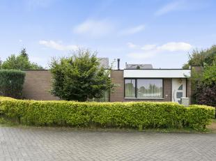Rustig gelegen half open bungalow op 2a48ca in een kindvriendlijke wijk te Oppem. De te moderniseren woning bestaat uit een inkomhall met toilet en be