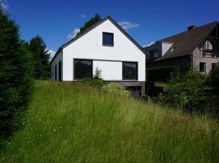 Volledig te renoveren Villa met 200m² woonopp. + 60m² kelder en garage op een ruime perceel van 19a 65ca aangrenzend aan velden.<br />  Alle