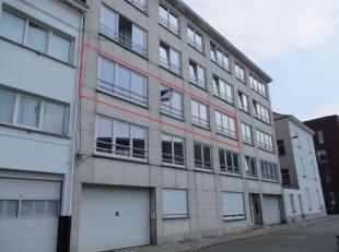 Ruim appartement op de tweede verdieping met drie slaapkamers, terras en individuele kelderruimte, gelegen aan de stationsbuurt te Mechelen.INDELINGTw