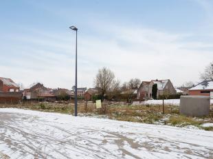 Bouwgrond gelegen in een rustige woonwijk met een oppervlakte van 404m² voorzien voor het bouwen van een ééngezinswoning in half-op