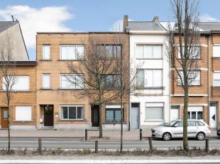 Zeer ruime karaktervolle rijwoning met 3 grote slaapkamers en tuin net buiten het centrum van Mechelen. Deze woning beschikt over een totale bewoonbar
