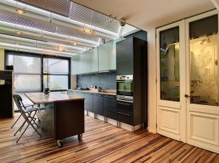 Artistiek gelijkvloers appartement (recent vernieuwd) met 2 slaapkamers, berging, overdekte garage, terras met tuin en tuinhuis. Geen vaste kost, excl