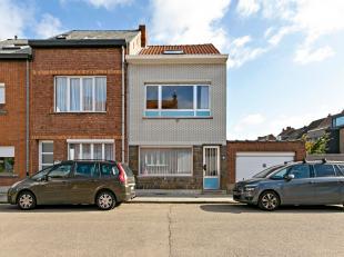 Deze te renoveren woning is gelegen in een rustige woonwijk te Mechelen-zuid, vlakbij de op- en afrit E19 Antwerpen-Brussel, op fietsafstand van het c