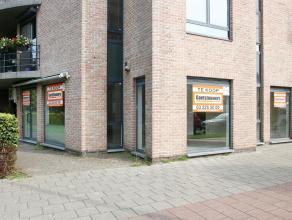 commercieel Mooie, lichte en moderne winkelruimte met grote vitrine, hoekpand. Zeer gunstige ligging in de nabijheid van een groot warenhuis en openba