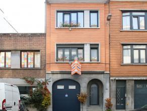 in bespreking Gunstig gelegen ruime woning met 5 slaapkamers, inpandige garage en tuin. Op de eerste verdieping is een appartement ondergebracht. Voll