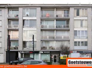 Gunstig gelegen appartement met een ruime living, 2 slaapkamers + berging, ingerichte keuken en badkamer en 2 terrassen. Voorzien van een ondergrondse