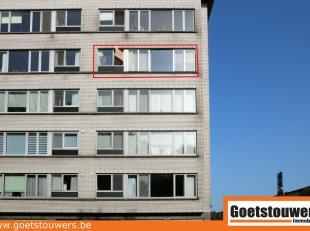 Ruim, mooi hoekappartement (120m²) met veel lichtinval op de 4de verdieping met als indeling een inkomhal, een ruime living, keuken, badkamer, ap