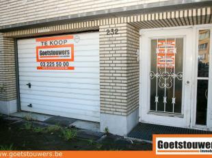 Magazijnruimte gelegen te Deurne Noord omvat een ruime garage met oprit + bergplaats + privatief genot van de tuin met veranda. Met kelder.  Totale op