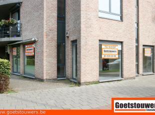 Mooie, lichte en moderne winkelruimte/bureel/praktijk met grote vitrine, hoekpand.  Zeer gunstige ligging in de nabijheid van een groot warenhuis en o