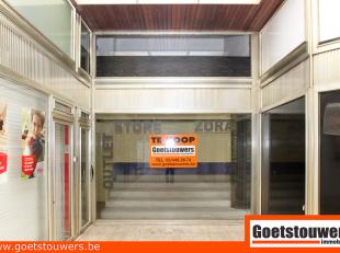 In prestigieuze straat gelegen winkelruimte (ca.30m²)  met mezzanine (ca. 30m²) en grote kelder (ca. 100m²), in winkelgaanderij. Voor m