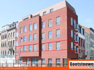 Zeer gunstig gelegen recent gebouwd appartement met 2 slaapkamers, terras, kelder en gemeenschappelijke fietsenberging. Voorzien van ale modern comfor